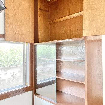 【LDK】後ろにはガラス戸の食器棚があります。