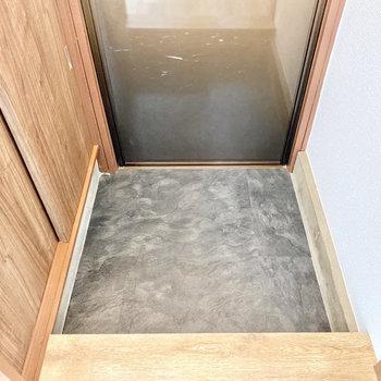玄関は小さめかな。靴はしまっておきましょう。