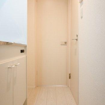 玄関から洋室前まで。こちらも落ち着いた色合い。※写真は1階の同間取り別部屋のものです
