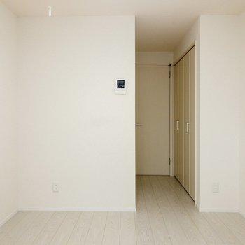 窓側から。色合いに統一感がありますね。※写真は1階の同間取り別部屋のものです