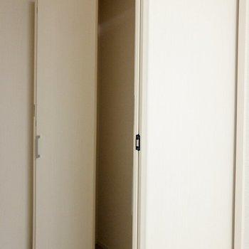 クローゼットは大容量。※写真は1階の同間取り別部屋のものです