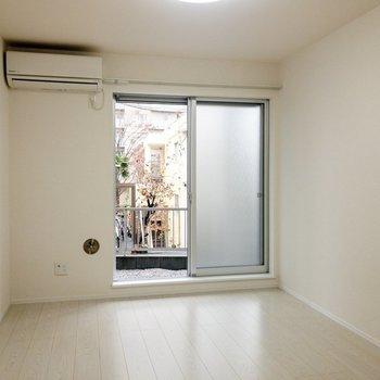 窓が大きくて光がたくさん入ってきます。※写真は1階の同間取り別部屋のものです