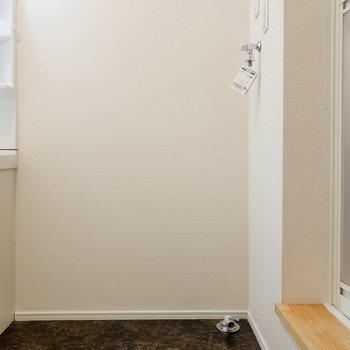 洗面台の横には洗濯機置場が。※写真は1階の同間取り別部屋のものです