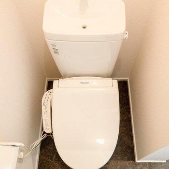 トイレは温水洗浄付き。※写真は1階の同間取り別部屋のものです