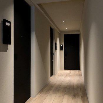 お部屋の前の廊下も木目が使われていていいですね。