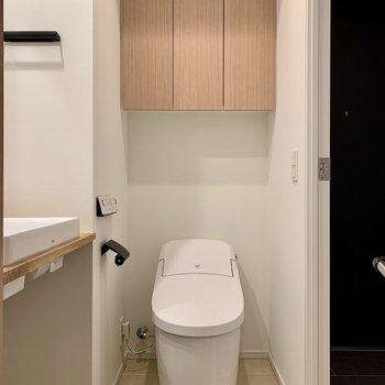 トイレ上部の棚には予備のトイレットペーパーを。