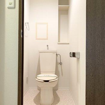 おトイレは手前の開戸の中に。コンセントがあるのでウォシュレットの後付けも可能です。