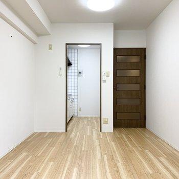 DK表示ですがリビングスペースもつくれそうなサイズ感のお部屋。壁にはピクチャーフックも付いています。