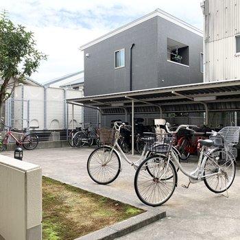 その廊下の外側には自転車置場。