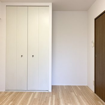 【洋5.5】こちらは洋室。クローゼット横の隙間にデスクを置きたい◎