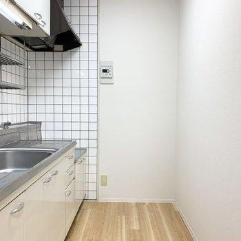 後ろにスペースもしっかりありますのでキッチン家電も食器類もしっかり収まりそうです。