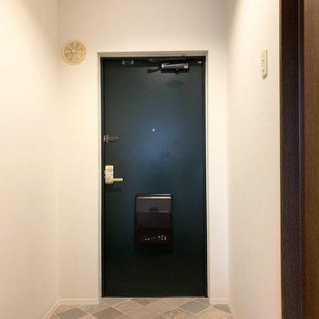 さて、室内の最後は玄関を。タタキの模様が素敵です。