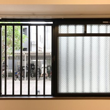 【洋5.5】窓の外は格子越しに共用部が見えます。