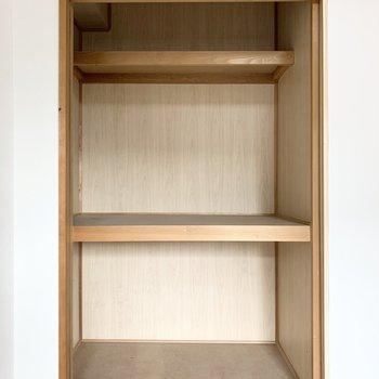 【和6】入り口の反対側の襖の中には中棚と枕棚付の押入も。