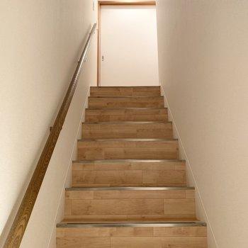 突き当たりには階段が。