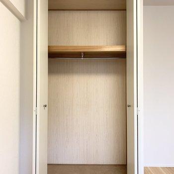 【洋5.5】クローゼットは床から天井まで大きく開き大容量。