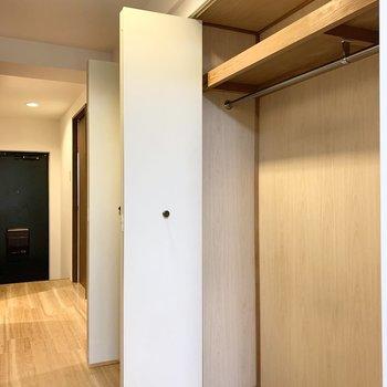 廊下の右側にはズラッとクローゼットが並びます。手前はハンガーパイプ付き。