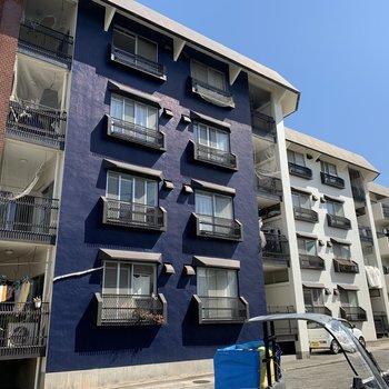 ブルーがアクセントの大きなマンションです。