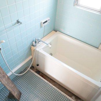 お風呂はちょっぴりレトロに。