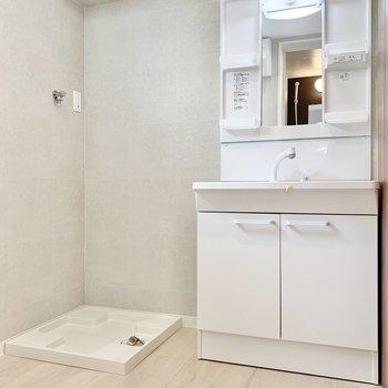 洗濯機と洗面台はお隣どうし。