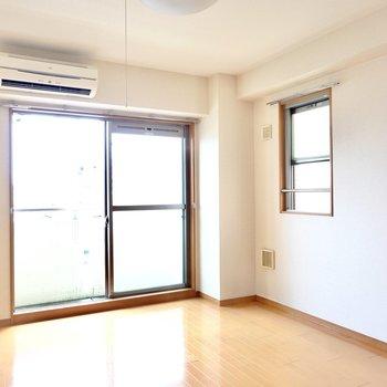 洋室は約8帖。二面採光なので光と風の通りが良いです。