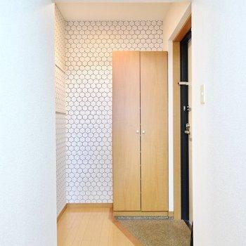 玄関にもアクセントクロスが貼られていてスタイリッシュ◎トイレはこちらの左手にあります。