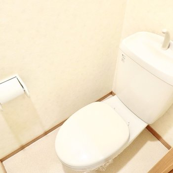 おトイレもシンプルですが、コンセントがあるのでウォシュレットの後付けができます。
