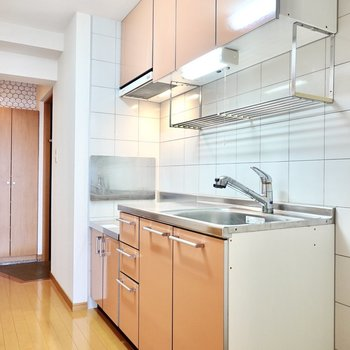 可愛らしいオレンジのキッチン。水切り棚付きで洗い物の乾燥が簡単ですね。