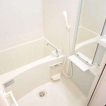 左手にはお風呂。シンプルですが清潔で、棚もあるので収納要らずです。
