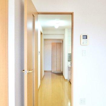 ドアの先はキッチンスペース。右手にキッチン、左手に脱衣所やトイレ。