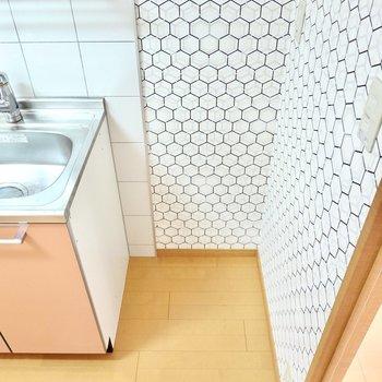 冷蔵庫置き場はキッチンの右手に。ここにもアクセントクロスが!
