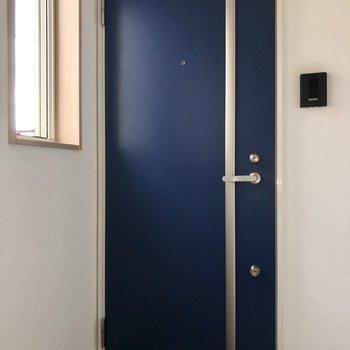 玄関もブルー。