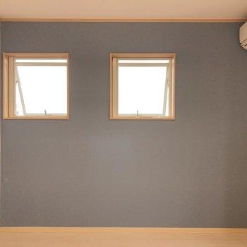 自然の多い立地ですが、小窓には網戸がついているので夜でも換気ができます。