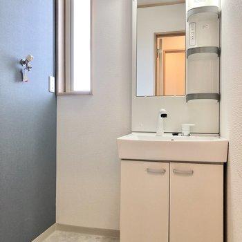 独立洗面台で朝の準備を。洗濯機置き場に振動防止のための置き台を設置しましょう。