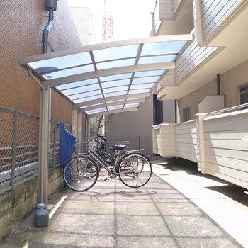 【共用部】マンションの入り口横手を奥に進むと駐輪場です。