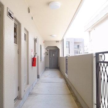 【共用部】明るい廊下です。突き当たりがお部屋!