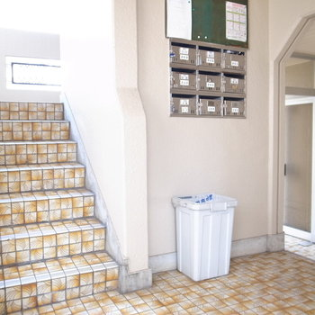 【共用部】お部屋までは階段で。ポストには鍵がついてます。
