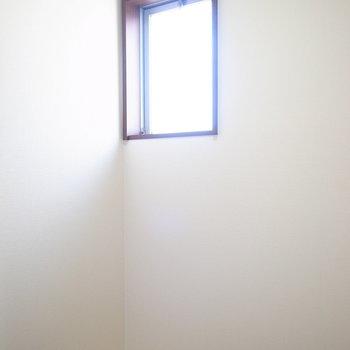 【納戸】小窓がついているので、換気もしっかりできます。