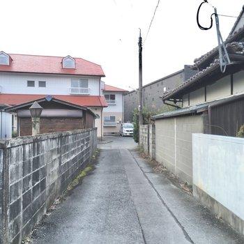 駅からはこちらの細い道を通ります。