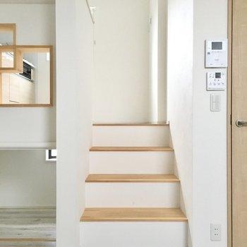 玄関横の階段をのぼると・・・。(※写真は同間取り別部屋のものです)