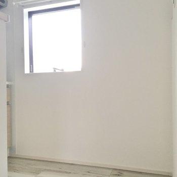 窓の横に冷蔵庫を置けますよ。(※写真は同間取り別部屋のものです)