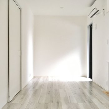 階段降りて洋室へ。壁側にテレビを置いて、対に小さめソファを。(※写真は同間取り別部屋のものです)