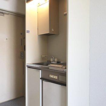 キッチンのお隣に冷蔵庫をおきましょう。
