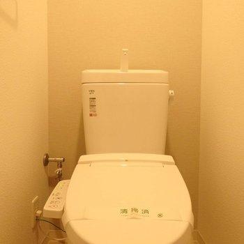 トイレはウォシュレット付きです。(※写真は14階の反転間取り別部屋のものです)