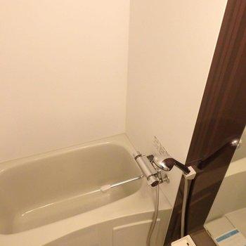 お風呂はちょっと小さめ。だけどサーモ水栓で使いやすそう。(※写真は14階の反転間取り別部屋のものです)