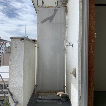 ベランダに洗濯機置き場があります(※写真は5階の反転間取り別部屋のものです)