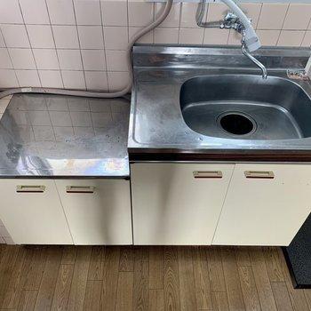 調理スペースが小さい場合は、シンクトレーを使ってみてください(※写真は5階の反転間取り別部屋のものです)