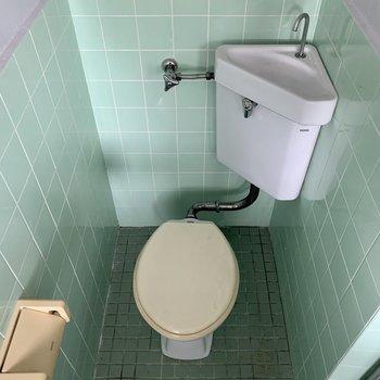 浴槽の反対側にトイレ(※写真は5階の反転間取り別部屋のものです)