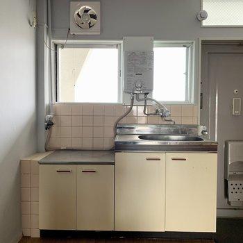 キッチンには小窓がついていて 、日差しが入ってきます(※写真は5階の反転間取り別部屋のものです)