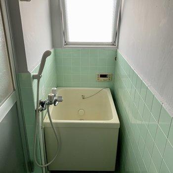 お風呂場に窓がついているのは嬉しい(※写真は5階の反転間取り別部屋のものです)